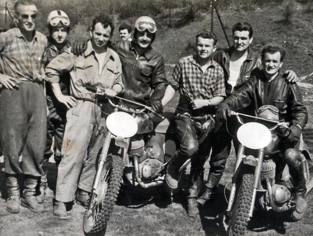 Jugoslovenski moto kros vozaci sa cehoslovackim trenerima Sedina-treci s leva-i Hamersshmidom peti Vukajlovic predzadnji.jpg