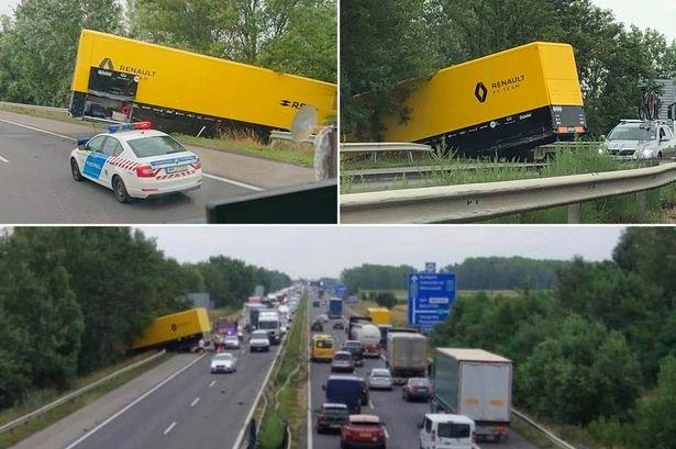 1_MAIN-Renault-F1-truck-crashed-in-Germany.jpg.cc7a5aa38542c9d2fb1a60b511dd3d43.jpg